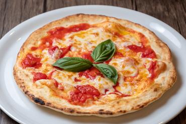 全体を均一にムラなく焼ける専用窯で焼いた手作りピザ『マルゲリータ』