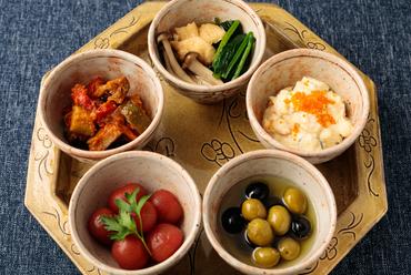 四季の味覚を味わえる色とりどりの『前菜5種盛り合わせ』