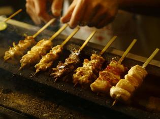 """毎日、朝引き鶏""""を店内で捌いて串打ち。鮮度の良さが自慢"""
