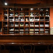 カウンター奥の棚には、店主こだわりのお酒がずらり。一般にはあまり出回っていないような珍しいワインに出会えることも。メニューにないカクテルもリクエストに応じて提供しています。