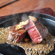 群馬県産のブランド牛「上州牛」のヒレ肉をしっとり柔らかく焼き上げた逸品。塩胡椒だけのシンプルな味付けで、肉本来の味わいをストレートに楽しめます。わさびや柚子胡椒を付けても美味。