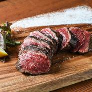 モモ肉というと硬いイメージがありますが、驚くほど柔らかい食感。分厚くカットしたお肉はボリュームたっぷりで、噛むほどにジューシーな肉汁があふれます。トリュフ塩の贅沢な香りがアクセントに。