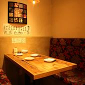 適度なプライベート空間が心地よい、大きな暖簾がかかった半個室