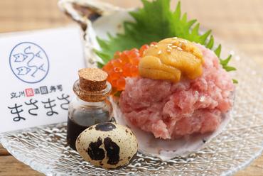 店オリジナルのユッケダレをかけ、海苔で巻いて食べる贅沢仕様の『うにのせ海鮮ばくだん』