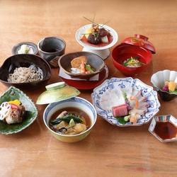 旬の食材や高級素材を入れたスタンダードコースです。 接待や会食にもお勧めです。