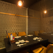 豊富な日本料理と日本酒。仕切りがあるテーブル席でもてなしを