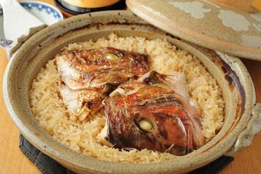 創業以来の名物料理。カブト入りで見た目も味も贅沢『鯛めし』