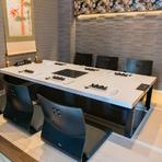 テーブルとカウンターのほか、店内には掘りごたつタイプのテーブルをしつらえた半個室も。石畳の通路を進んで入室する非日常の個室空間で、プライベート感覚のくつろぎ時間を過ごすことができます。