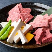 希少な氷見牛を一皿で堪能できる人気メニューです。写真はロース、カルビ、赤身の三種。ロースはバランスがとれた上品な味わいで、カルビは甘みを感じられる肉、赤身は肉そのものの味を楽しめます。