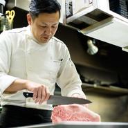常に感謝の気持ちを忘れないようにしているという根塚氏。店長として、料理長として、心のこもった接客とサービス、そして思わず笑顔になれる美味しい肉料理でもてなしてくれます。