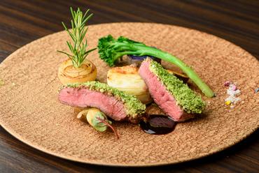 パセリの香りとしっとり食感が楽しめる『若狭牛ランプステーキ』