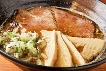 濃厚なスープと麺が絡み合う、醤油ベースの『中華そば』
