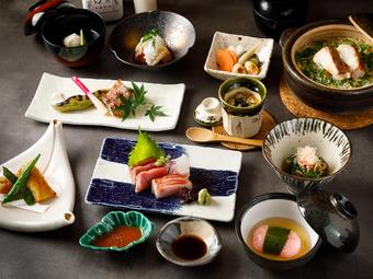 厳選された日本酒を 飲み比べ出来るコースです 日本酒に合わせて季節の御料理を 御用意させて頂きます