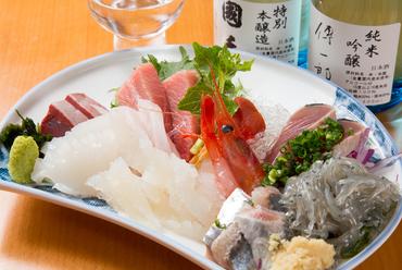 贅沢に旬の鮮魚が10点盛り!『本日の刺身特選盛』(1人前)