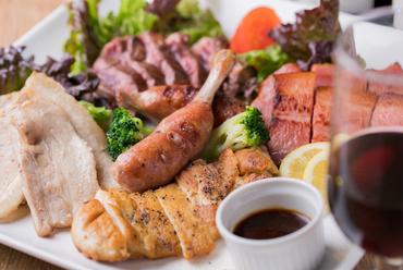 ボリューム満点の豪快なひと皿『肉バル5種盛り合わせ』