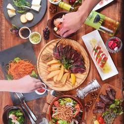 当店No.1人気メニューの牛ハラミのグリルや生ハムイタリアンサラダなどお野菜もお肉も楽しめる!