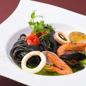 豊かな海の幸を盛り込んだ『イカ墨のスパゲティ 魚介・ほうれん草とアンチョビのクリームソース』