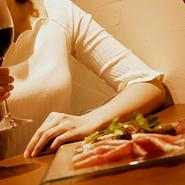 イタリアンとワインが好きな女子にはぴったり! 白くシンプルな外観はとてもお洒落で、女性の心をくすぐります。料理はどれも綺麗に盛り付けされ、会話がいつも以上に弾みます。