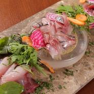 伊東漁港直送の新鮮なアジやカツオ、カンパチ。季節によってはトビウオやカワハギ、コショウダイ、マトウダイなどの希少な魚も揃います。土壌の良い伊豆や富士山麓で獲れた農作物もふんだんに使われています。