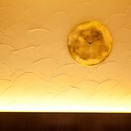 ムラーノ島のマエストロ、ラファエレ・ダーマ氏によるハンドメイドの時計。ゆるやかに描く曲線、ベネチアンガラスの美しい輝きと黄金色が室内を非日常的な空間で包み込みます。