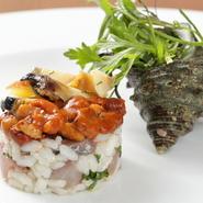 伊豆半島で水揚げされた旬のサザエと北海道厚岸産のウニを合わせた、贅沢な逸品。肉厚で歯ごたえもあるサザエとねっとりと濃厚なウニを、地魚と共にサラダ仕立てにすることでさっぱりといただけます。