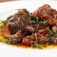 じっくりと、食材が美しい原型をとどめるギリギリのラインまで煮込みを行い、ソースにも食材の旨味が浸透させていきます。そのため口に入れた瞬間、ホロホロと肉は崩れ野菜の甘みが広がります。