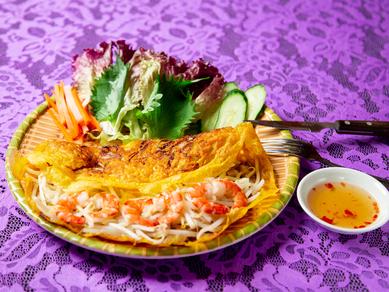プリプリのエビともやしを生地で挟んで食べる『ベトナム風お好み焼き』