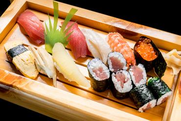 """日本各地で獲れた""""海の幸""""を堪能する『にぎり寿司』"""