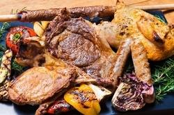 オマール海老を使った豪快なパスタや鶏、豚、牛の色々なお肉の肉盛りプレートがメインのコース
