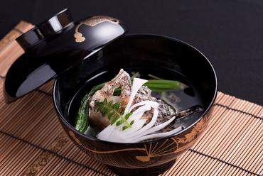 出汁の上品な香りが鼻孔をくすぐる『虎魚と蓴菜の御椀』