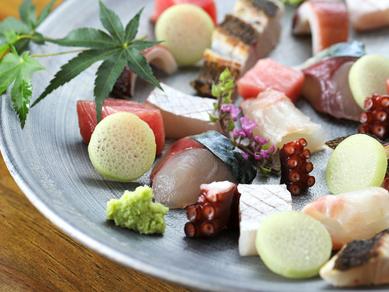 旬の食材を使用『本日のお刺身の盛り合わせ』(コース料理の一例)