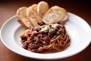 肉本来の食感や旨みが引き立つよう、粗めの挽肉。トマトソースやブイヨン、香味野菜などと共に丁寧につくり混んでいます。2019年より新たにグランドメニューに加わった人気の一皿です。