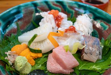 徳島、淡路島、日間賀島など、産地直送の海の幸を味わう『お造り盛り合わせ』