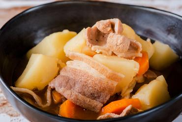 ホッと落ち着く家庭の味。しっかりと味がしみ込んだ『肉じゃが』
