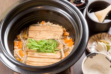 こだわりの出汁と季節の食材で香り高く炊き上げる『釜炊きご飯』