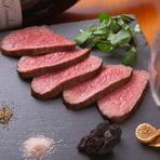 新鮮な黒毛和牛のもも肉をじっくり焼き上げたローストビーフ。きめ細かな肉質でしっとり柔らかな食感です。ソースではなくモンゴル岩塩とトリュフ塩でいただくので、肉の旨味をダイレクトに感じられます。