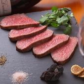 肉の旨味をたっぷり堪能。シンプルに塩で味わう『黒毛和牛 ローストビーフ』