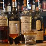 世界5大ウイスキー(ジャパニーズ、スコッチ、アイリッシュ、カナディアン、アメリカン)を楽しめます。ウイスキー本来の味わいを満喫してもらいたいという思いから、最初にストレートで出すのがこの店のこだわり。