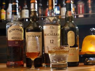 まずはストレートで。ウイスキー本来の味わいを楽しめる店