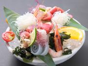 お刺身は、その日に良いものを厳選して仕入れた旬の魚介を使用。魚だけではなく、旬の野菜と果物も盛り込まれているのが特徴です。3人前1480円、4人前1680円もあります。