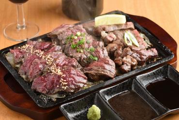 トータル450gのボリュームと素材の旨みを堪能する『名物 溶岩焼き肉三種盛り』