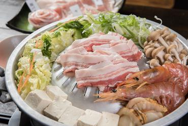 独特の形をしたムーガタ鍋を使用した、新しい沖縄グルメ『琉球ムーガタ鍋』