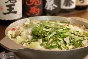 丸一日煮込んだ鶏がらスープに新鮮ホルモンでつくる『博多もつ鍋』