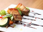 上品な旨みと甘みを持ち合わせたお芋豚のバラ肉が使用されています。肉に火を入れてから、じっくり野菜と一緒に炊くことで、素材の持ち味を引き出した逸品に。神戸の旬野菜が添えられ、華やかな仕上がりです。
