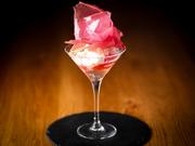 カクテルグラスに一輪のバラが咲き誇っているかのような見た目に心ときめく一品。華やかな香りがさらに期待を膨らませます。中にはロゼのスパークリングのジュレが入っており、ひんやりとした冷たさが心地良い。