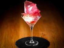 バラをモチーフにした『ローズ香るミルクムースとグレープフルーツ ロゼのジュレ』