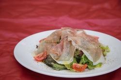 前菜から始まり選べるメイン料理、パスタにデザートまでフルコースとなっております。