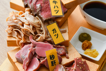 豪華! 道産牛・豚・鶏で彩る『肉刺し おまかせ5種階段盛り』