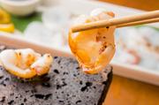 鮮度を活かした『活きタコの焼きしゃぶ』をはじめ、本日オススメの『刺身』、ひと手間加えた『魚介の明太チーズ焼き』など、バラエティに富んだ魚介料理も【シュラクドウ】の見どころです。