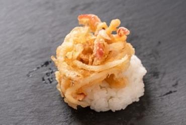 近年苫小牧が水揚げ量日本一のホッキ貝を使った『とまチョップの大好物 ホッキライスバーガー』